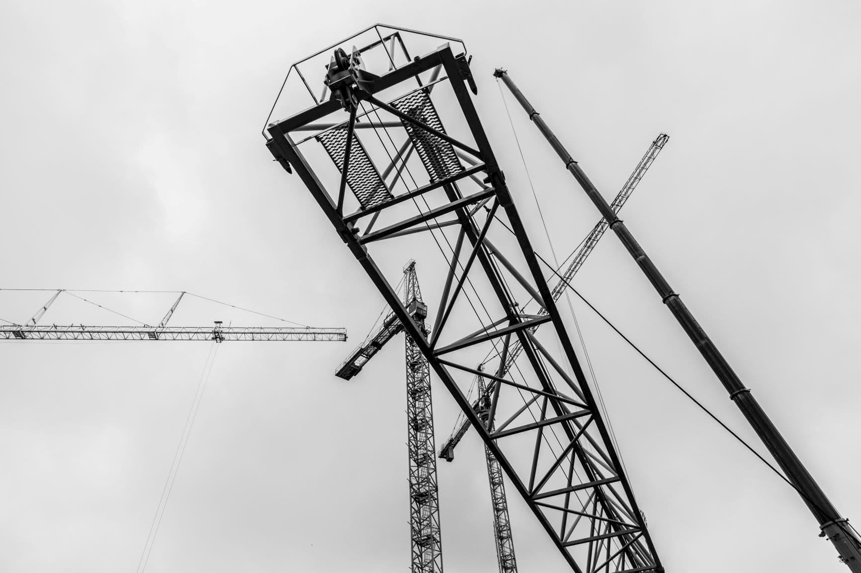 Nu drie torenkranen op bouwlocatie