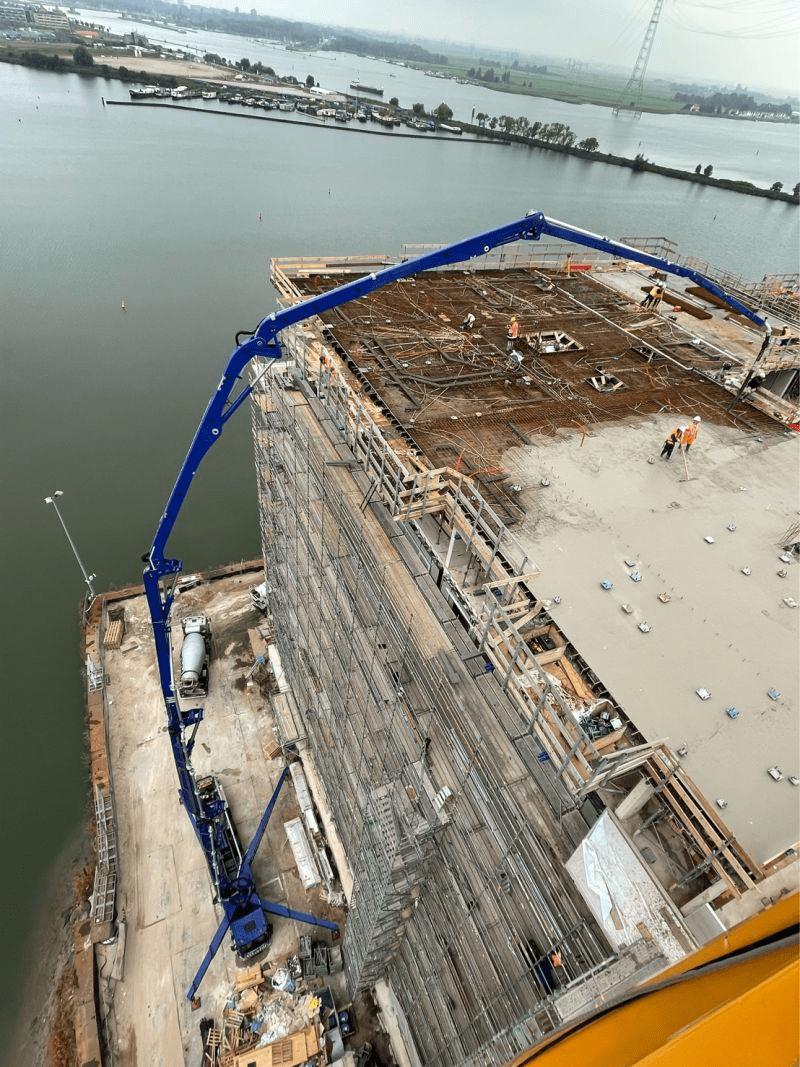 De grootste betonpomp van West-Europa vind je op de bouwplaats van Sluishuis